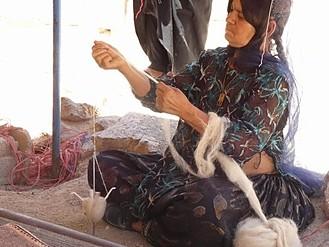 羊毛を手紡ぎ